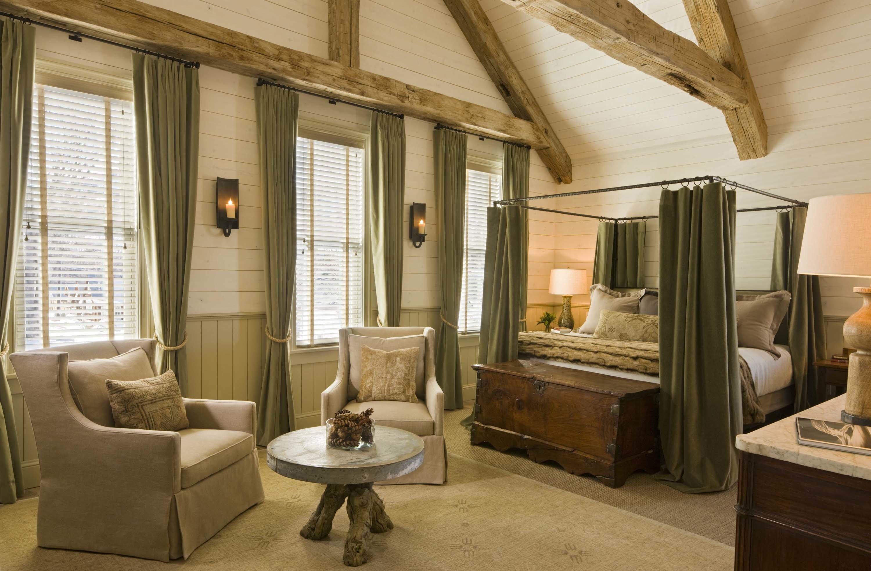 потолок в эко стиле и старой мебелью