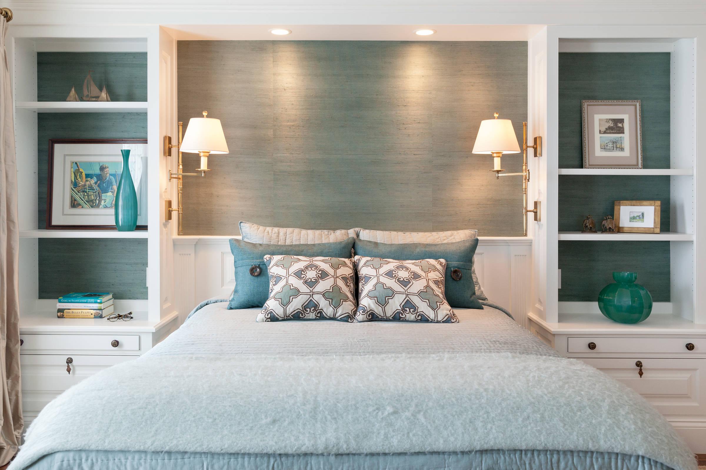 прикроватное освещение в спальне с бирзовым оттенком