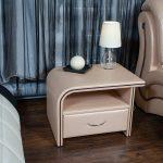 прикроватный стол с изогнутой столешницей светлый