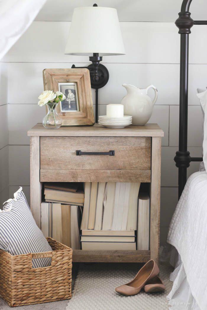 прикроватный столик с ящиками и книгами