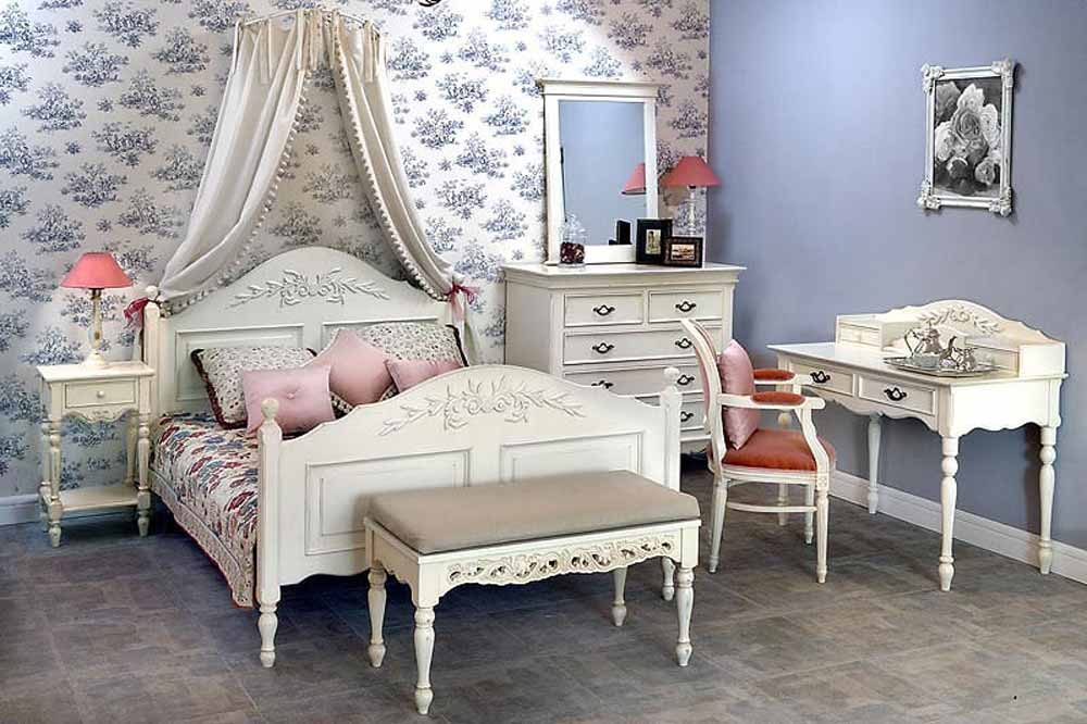 Прикроватный столик в интерьере спальни в стиле кантри