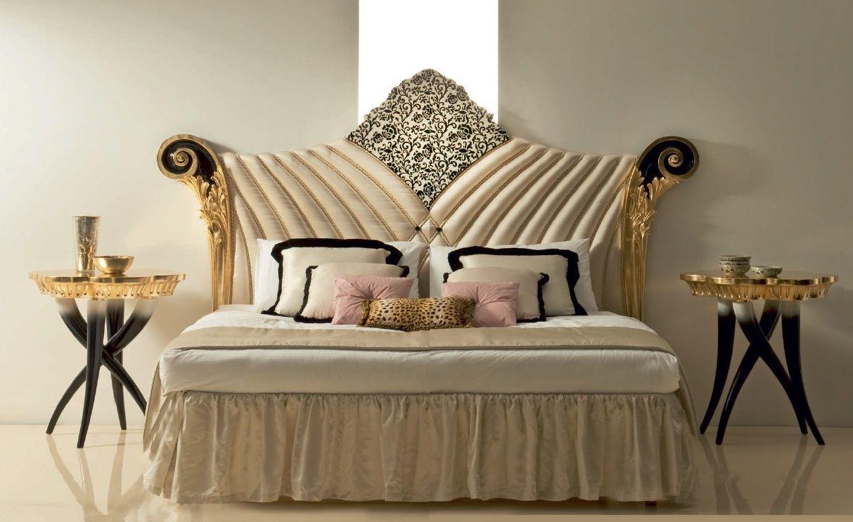 прикроватный столик в интерьере спальни