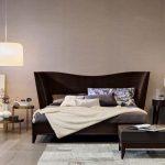 прикроватный стол круглый в интерьере спальни
