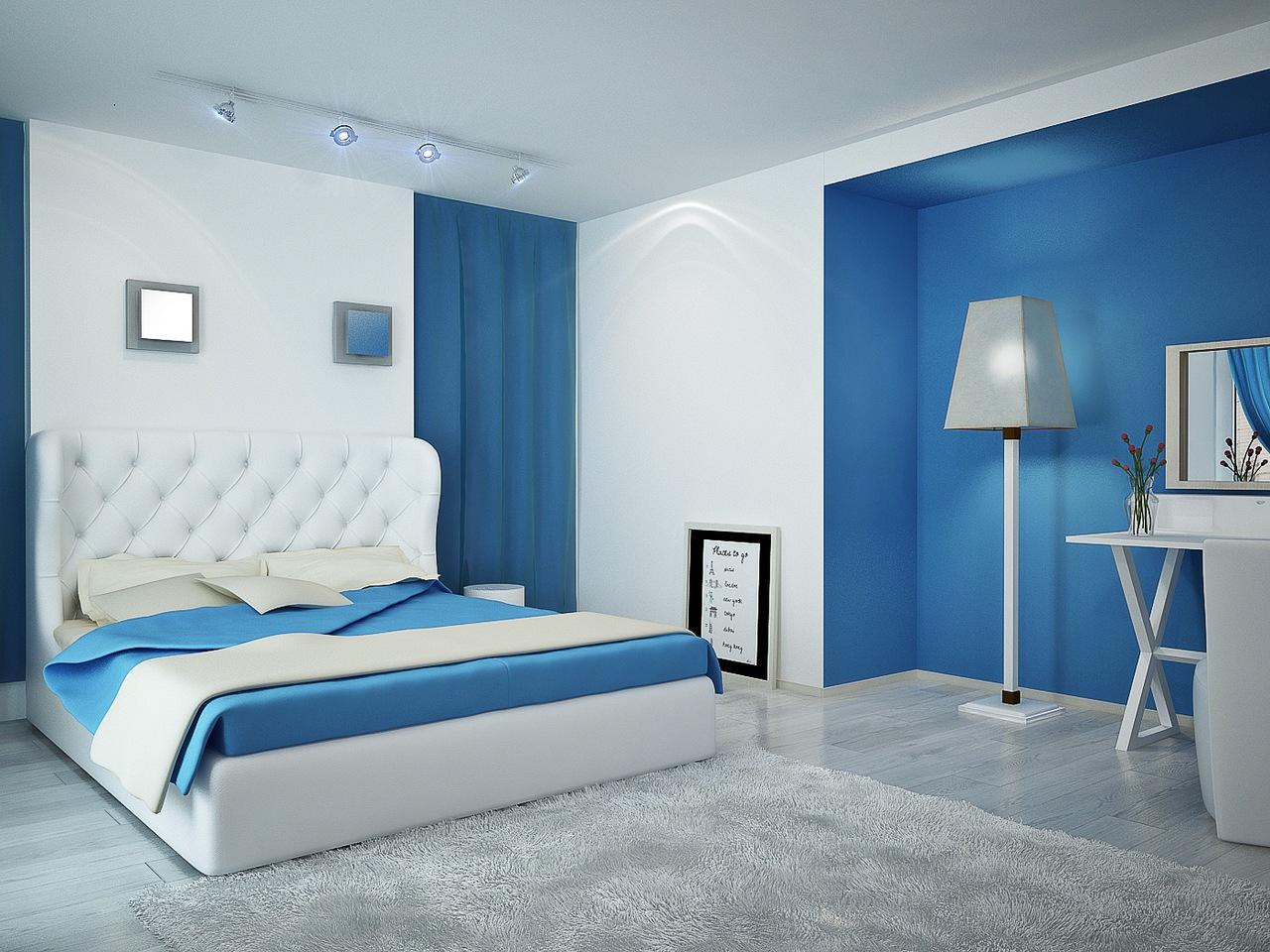 сине белая спальня с большой кроватью