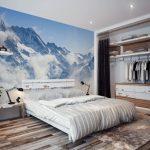 интерьер спальни с фотообоями у изголовья кровати
