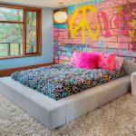 дизайн спальни в стиле поп арт росписная кирпичная стена