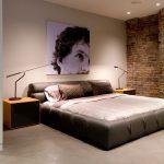 дизайн интерьера спальни лофт с постером на кирпичной стене