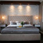 дизайн интерьера спальни с подвесным потолком и полками