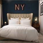дизайн интерьера спальни с буквами на стене