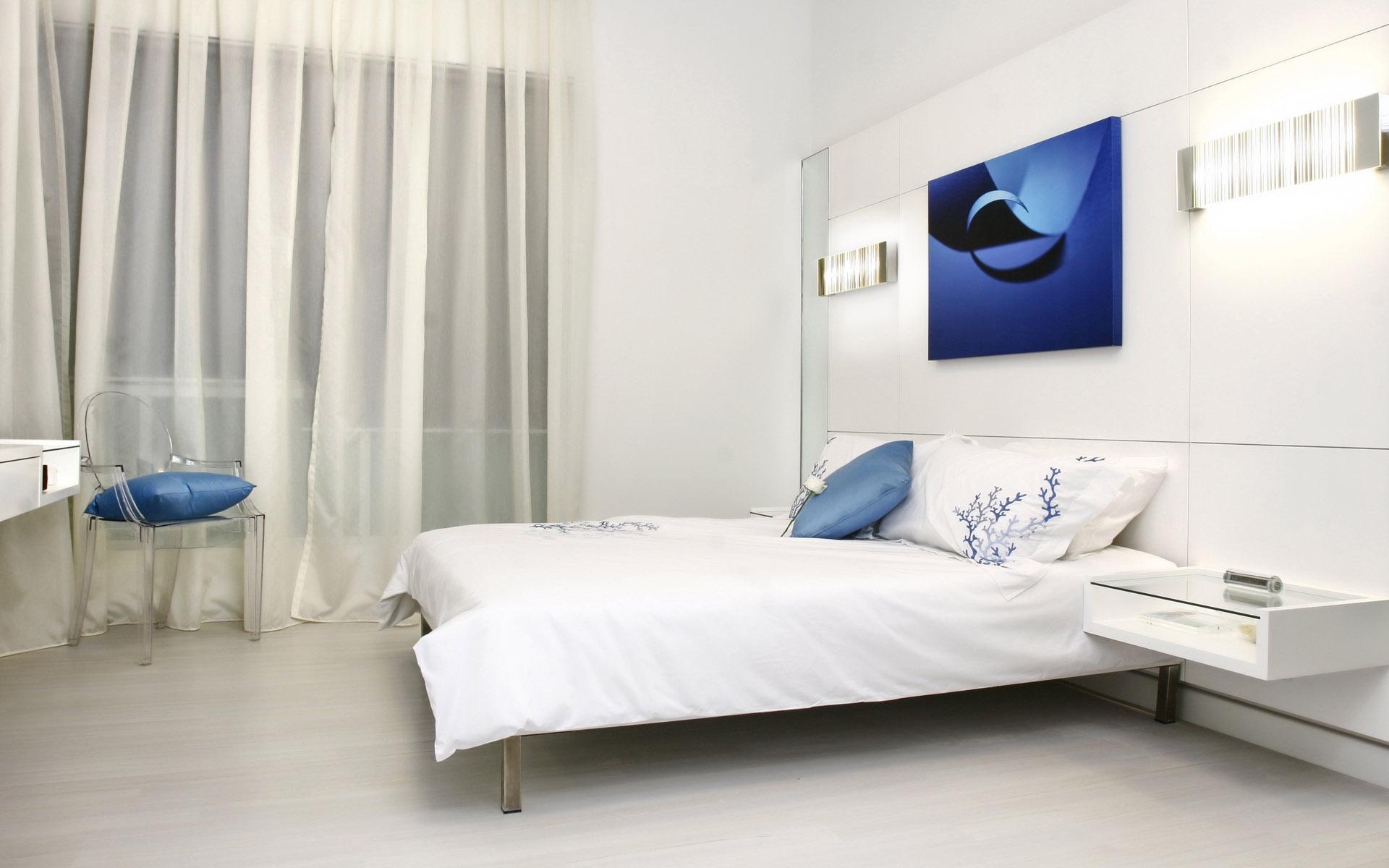 светлая спальня с яркой подушкой