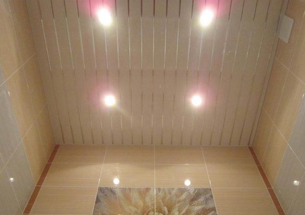 Преимущества отделки потолка в ванной панелями ПВХ