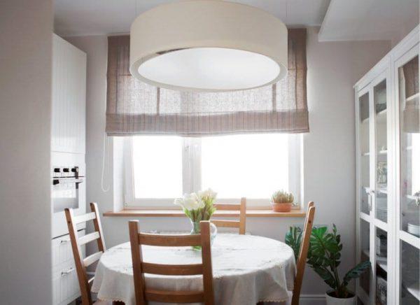 Круглый-стол-в-интерьере-маленькой-кухни