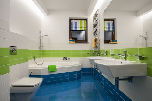 Travertine house - green, blue and white colors in bathroom