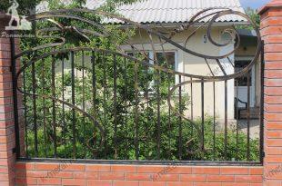 Кованы заборы — красивые и надежные металлические конструкции