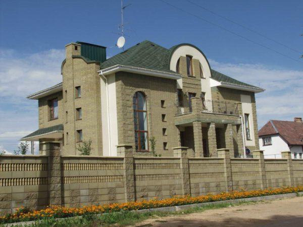 oblitsovka-fasadov-kamnem-naturalnym-travertin