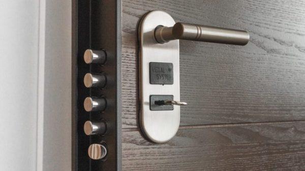 proizvodstvo-metallicheskih-dverej-678x381