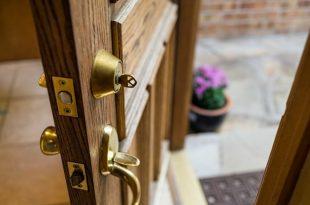Ремонт дверной фурнитуры. Чем смазать дверной замок